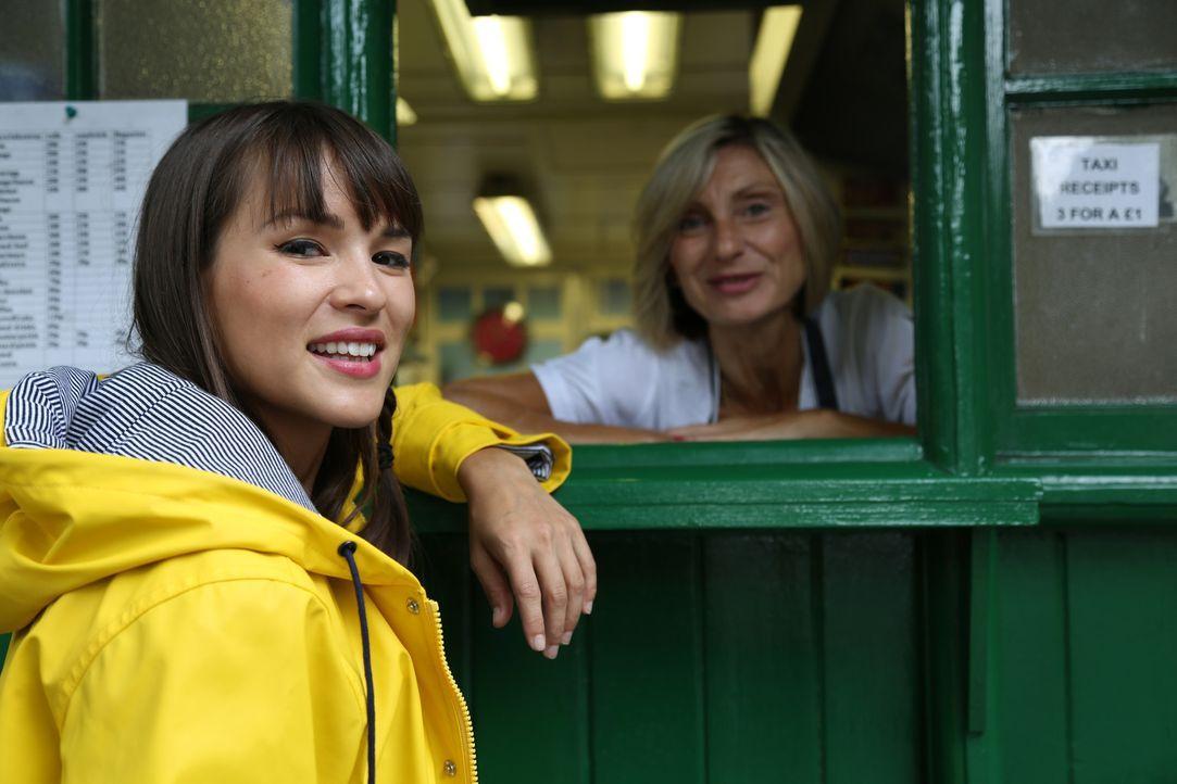 Der Schalter für hungrige Taxifahrer. Rachel (l.) bekommt einen Einblick in das Arbeitsleben von Tracy (r.) ... - Bildquelle: Richard Hill BBC 2013