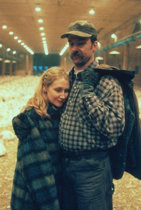 Die Eltern (Patricia Clarkson, l., Michael O'Keefe, r.) des ermordeten Mädchens sind verzweifelt. - Bildquelle: Warner Bros.