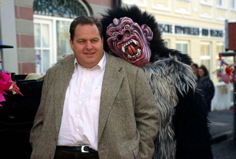 Rosenmontag und der Karneval erreicht seinen Höhepunkt: Kommissar Berghammer (Ottfried Fischer, l.) nimmt's mit Humor - bis zum Mordfall ... - Bildquelle: Magdalena Mate Sat.1