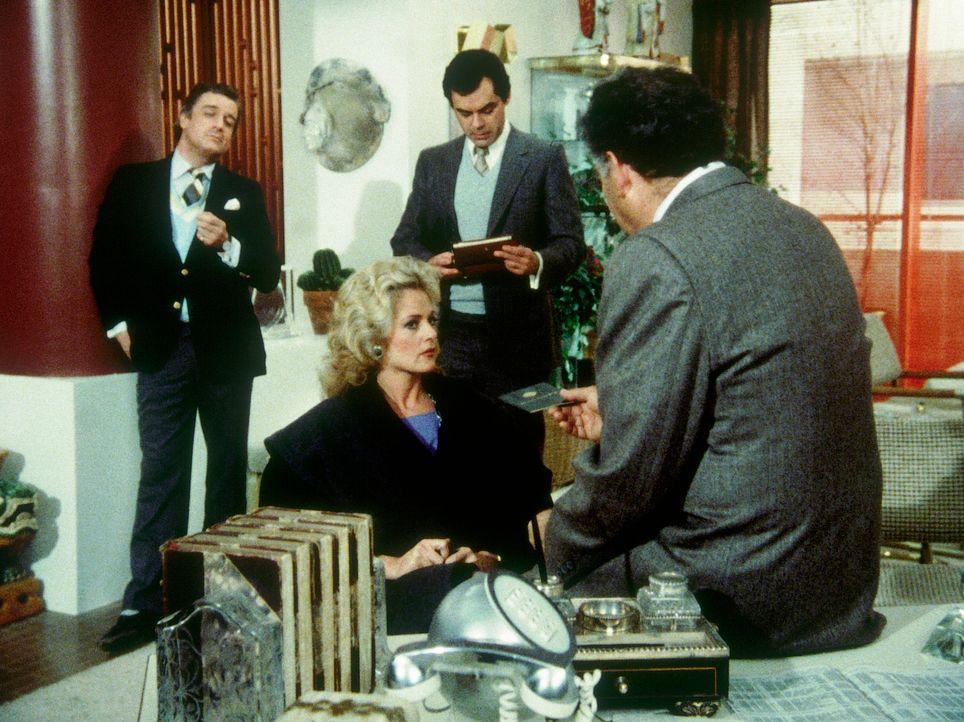 Francine (Martha Smith, M.) ist in die Hände des ungarischen Geheimdienstes geraten. Brobich (Nehemiah Persoff, r.) droht damit, sie zu ermorden.