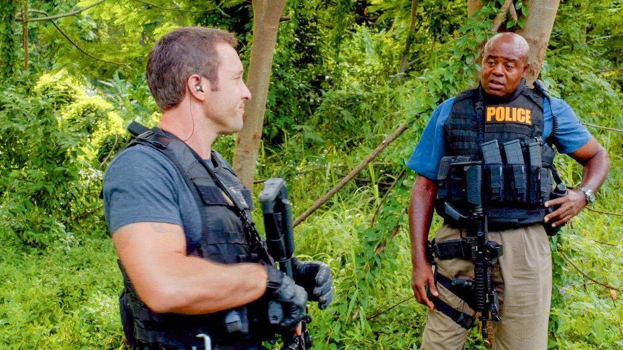 Während Kono ihre Suche nach Adam weiter fortsetzt, hilft Steve (Alex O'Loughlin, l.) Lou (Chi McBride, r.) dabei, das Verschwinden eines Freundes a... - Bildquelle: 2013 CBS BROADCASTING INC. All Rights Reserved.