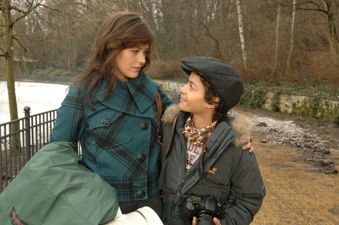 Julia Mann (Janina Flieger, l.) ist von der Begegnung mit Yannick enttäuscht, versucht es aber gegenüber ihrem Sohn Max Hermes (Miles Lawson, r.) ni... - Bildquelle: Claudius Pflug Sat.1