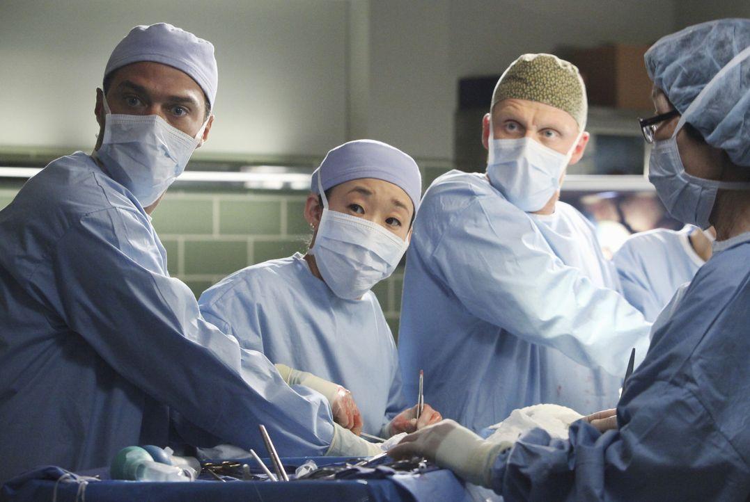 Nach einem schrecklichen Unfall, kämpfen Jackson (Jesse Williams, l.), Cristina (Sandra Oh, 2.v.l.) und Owen (Kevin McKidd, 2.v.r.) um das Leben vo... - Bildquelle: ABC Studios