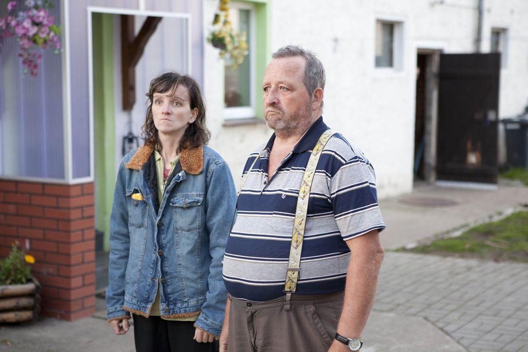 Werner (r.) glaubt, dass seine Frau ihn betrogen hat und dass seine beiden Töchter nicht von ihm sind. Doch hat er mit seiner Vermutung Recht? Nur... - Bildquelle: SAT.1