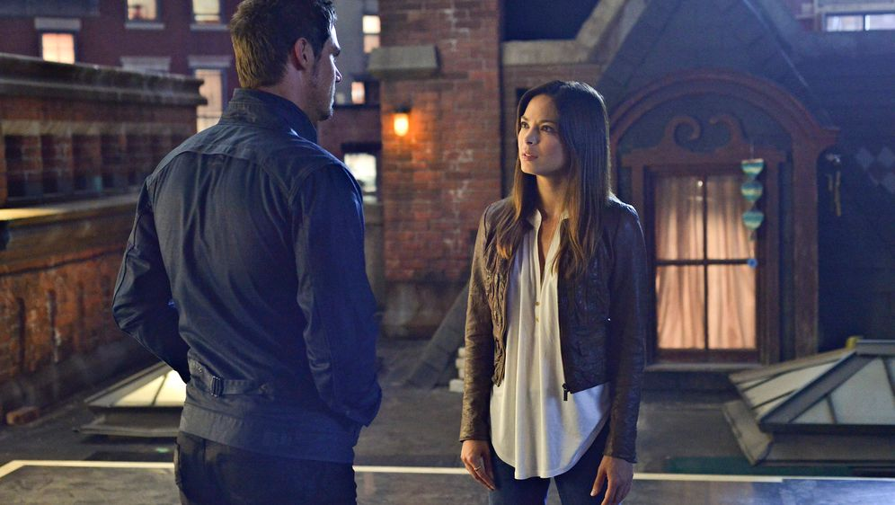 Catherine (Kristin Kreuk, r.) sucht nach Vincent. Es gelingt ihr, Vince (Jay... - Bildquelle: 2013 The CW Network, LLC. All rights reserved.