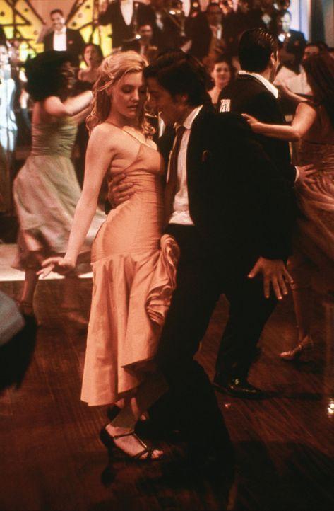 Mit Javier (Diego Luna, r.) vergisst die prüde Amerikanerin Katey (Romola Garai, l.), ihre Hemmungen und gibt sich voll und ganz den Rhythmen hin ... - Bildquelle: Buena Vista International
