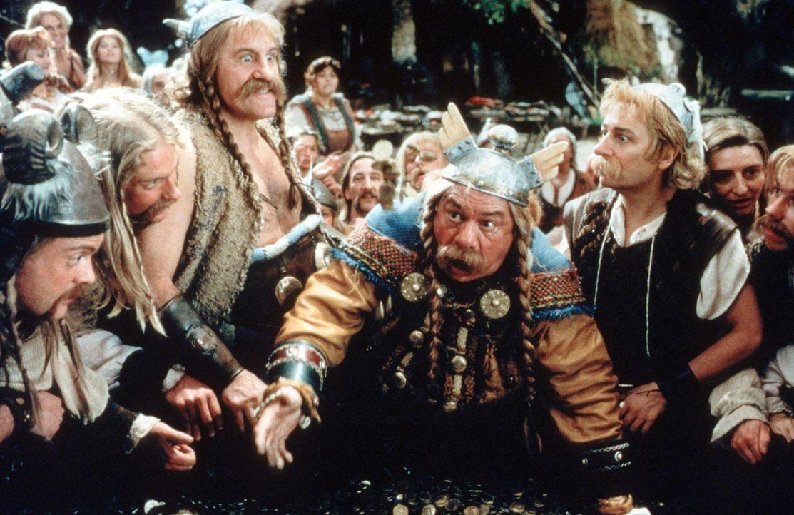 Die Römer haben auf Cäsars Befehl den Druiden Miraculix entführt, doch das lassen sich die Gallier nicht gefallen ... - Bildquelle: Constantin Film