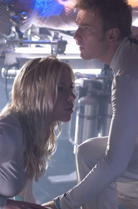 In dem Irrglauben, sie seien Überlebende einer tödlichen Seuche, leben Klone (Scarlet Johansson, l., Ewan McGregor, r.) in einer abgeschlossenen K... - Bildquelle: Warner Bros. Television