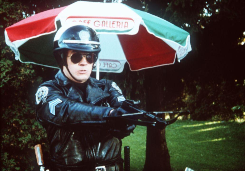 Eines Tages kehrt Ex-Chaot Mahoney (Steve Guttenberg) als Ausbilder an die Police Academy zurück. - Bildquelle: Warner Bros.