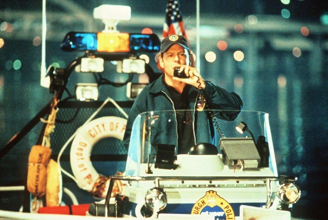 Auch nach seiner Versetzung zur Wasserschutzpolizei geht Tom (Bruce Willis) dem mörderischen Treiben des Serienkillers nach. Schon bald stößt er... - Bildquelle: Columbia Pictures