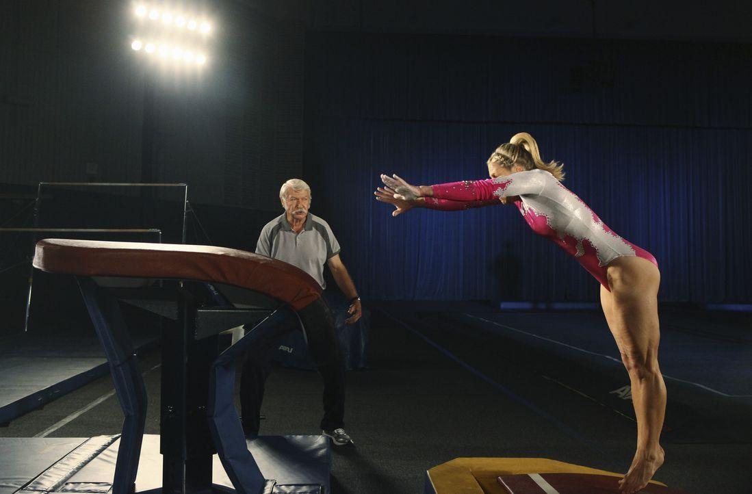 Sashas Vater Dimitri Beloff (Béla Károlyi,l.) bereitet Lauren Tanner (Cassie Scerbo, r.) auf den bevorstehenden Wettbewerb vor ... - Bildquelle: 2010 Disney Enterprises, Inc. All rights reserved.