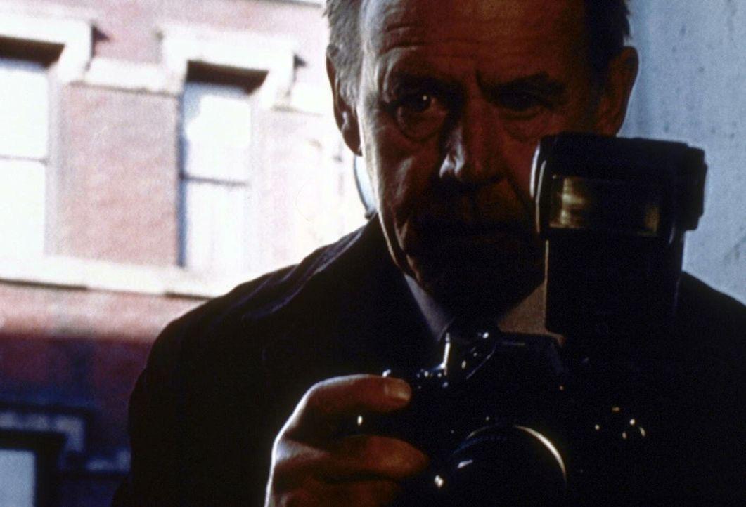 Der freiberufliche Fotograf Alfred Fellig (Geoffrey Lewis) macht schon seit vielen Jahren Tatortfotos für die New Yorker Polizei. - Bildquelle: TM +   2000 Twentieth Century Fox Film Corporation. All Rights Reserved.