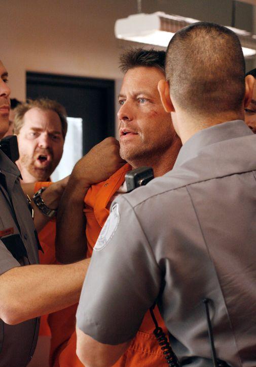 Wird im Gefängnis im Auftrag von Paul Young zusammengeschlagen: Mike (James Denton, M.) ... - Bildquelle: 2005 Touchstone Television  All Rights Reserved