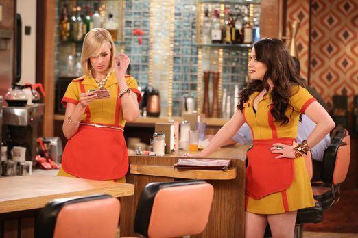 2 Broke Girls - Max (Kat Dennings, r.) und Caroline (Beth Behrs, l.) versuche...