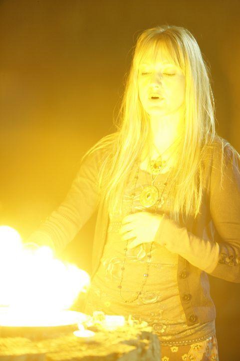 Weiß Tamzin Dove (Azura Skye), die sich selbst als Hexe bezeichnet, etwas über das Verschwinden von Cody Elkins? Patrick Jane und seine Kollegen erm... - Bildquelle: Warner Bros. Television