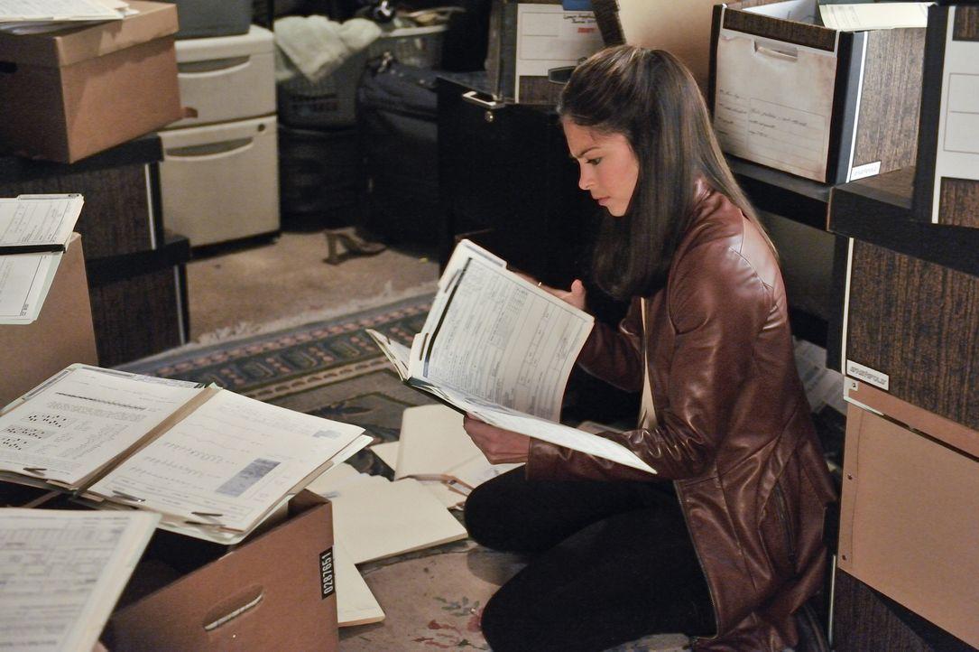 In alten Unterlagen ihrer Mutter hofft Cat (Kristin Kreuk), Antworten auf viele Fragen zu finden ... - Bildquelle: 2012 The CW Network, LLC. All rights reserved.