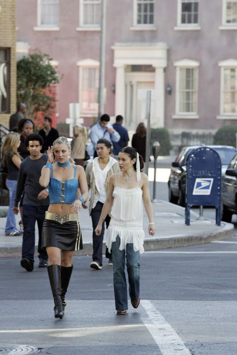 Noch ahnen Billie (Kaley Cuoco, l.) und Phoebe (Alyssa Milano, r.) nicht, welche Kräfte in dem Gürtel stecken, den Billie umgebunden hat ... - Bildquelle: Paramount Pictures
