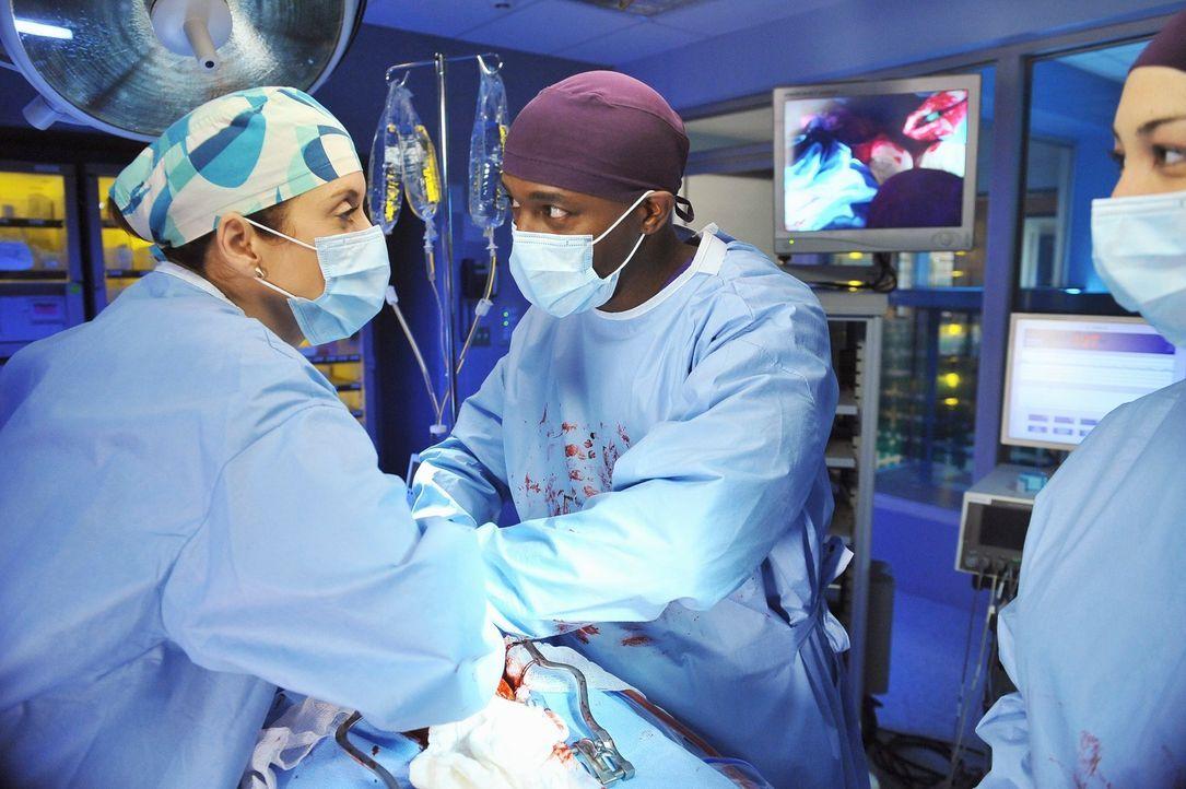 Haben ein schwierige Operation vor sich: Sam (Taye Diggs, M.) und Addison (Kate Walsh, l.) ... - Bildquelle: ABC Studios
