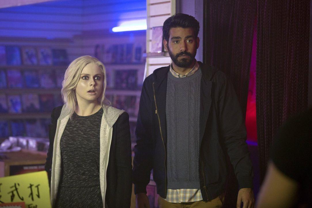 Eigentlich wollten Ravi (Rahul Kohli, r.) und Liv (Rose McIver, l.) nur ein paar Antworten bekommen, doch ihre Ermittlung im asiatischen, kriminelle... - Bildquelle: Warner Brothers