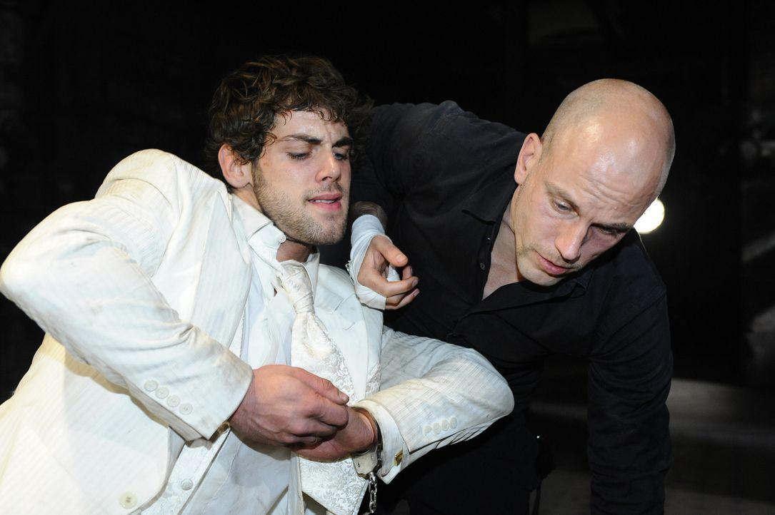 Jonas (Roy Peter Link, l.) hat die Hoffnung nicht aufgegegeben, dass Anna noch lebt. Er provoziert eine Auseinandersetzung mit Gerrit (Lars Löllman... - Bildquelle: SAT.1