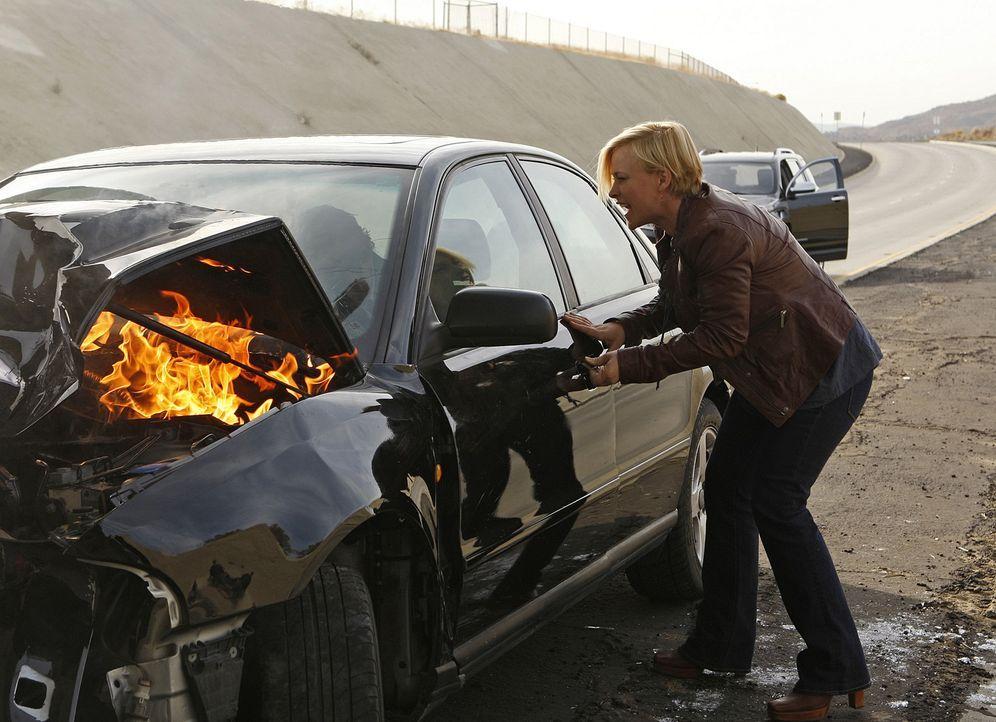 Allison (Patricia Arquette) wird Zeuge eines Unfalles. Sie kann Mitchell Lomis nicht dazu bewegen, aus dem Auto zu steigen und muss mit ansehen, wie... - Bildquelle: Paramount Network Television