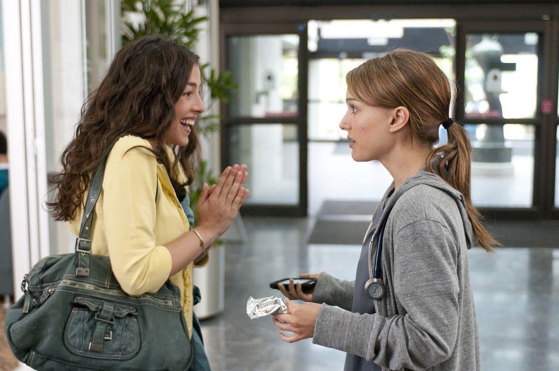 Katie (Olivia Thirlby, l.) kann es kaum erwarten, Emma (Natalie Portman, r.) eine ganz besondere Neuigkeit zu erzählen ... - Bildquelle: Dale Robinette 2011 DW Studios LLC. All Rights Reserved.