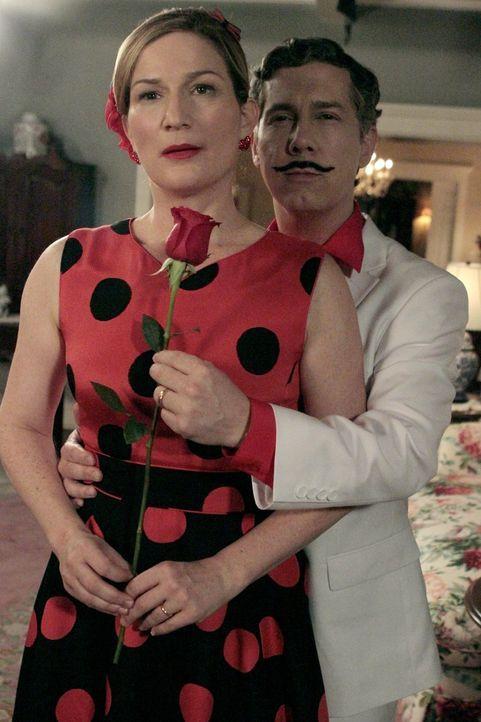 Am Valentinstag stattet Sheilas Mutter Gam Gam den Shays (Chris Parnell, r., und Ana Gasteyer, l.) einen Besuch ab. Chaos ist vorprogrammiert ... - Bildquelle: Warner Brothers