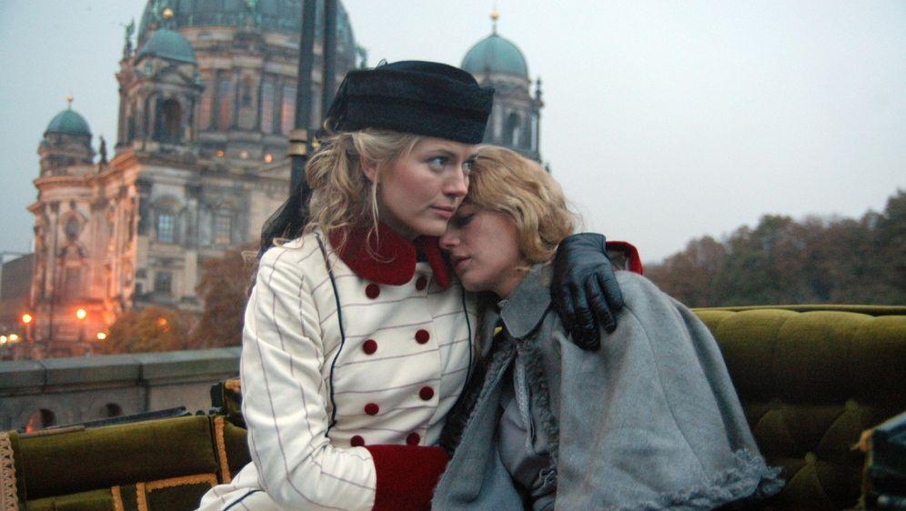 Friederike Gravenhorst (Nina Bott, l.) kümmert sich um die verletzte Anna (Annekathrin Bach, r.) und nimmt sie mit nach Hause.