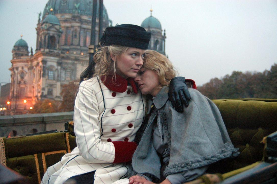 Friederike Gravenhorst (Nina Bott, l.) kümmert sich um die verletzte Anna (Annekathrin Bach, r.) und nimmt sie mit nach Hause. - Bildquelle: Aki Pfeiffer Sat.1