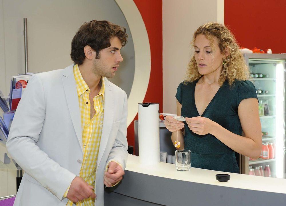 Jonas (Roy Peter Link, l.) versucht herauszufinden, was vorgefallen ist, aber Maja (Barbara Lanz, r.) hält total dicht ... - Bildquelle: Oliver Ziebe Sat.1
