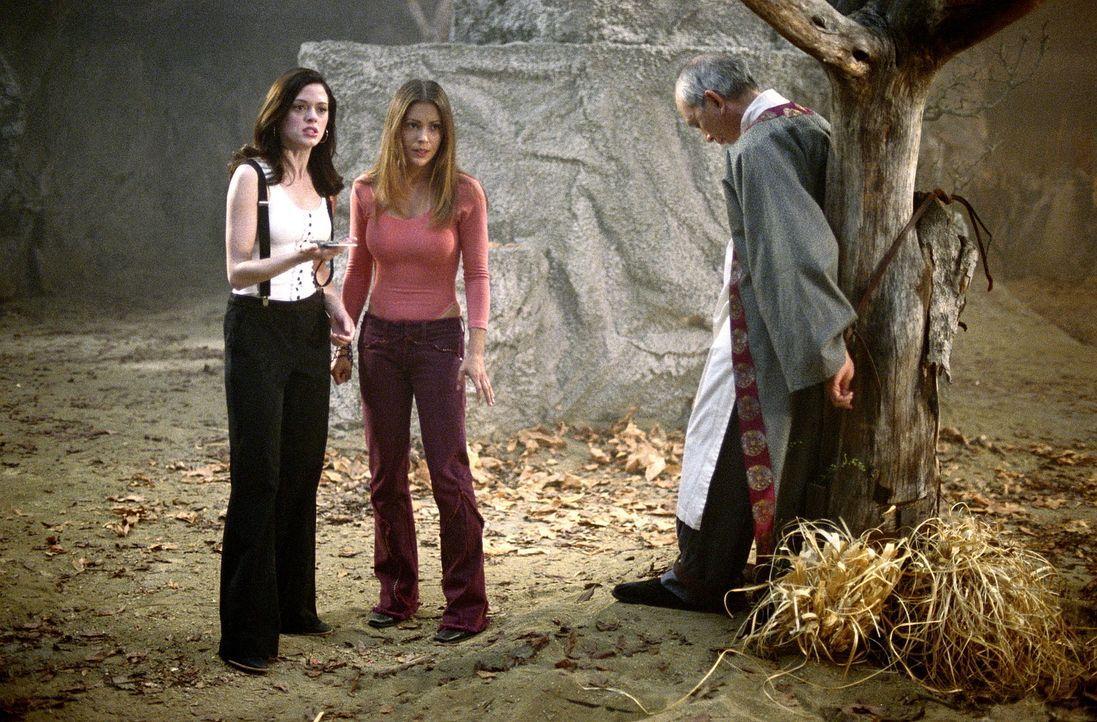Piper versetzt sich in den Körper des Zen-Meisters (James Hong, r.), um ihren Schwestern Phoebe (Alyssa Milano, M.) und Paige (Rose McGowan, l.) zu... - Bildquelle: Paramount Pictures