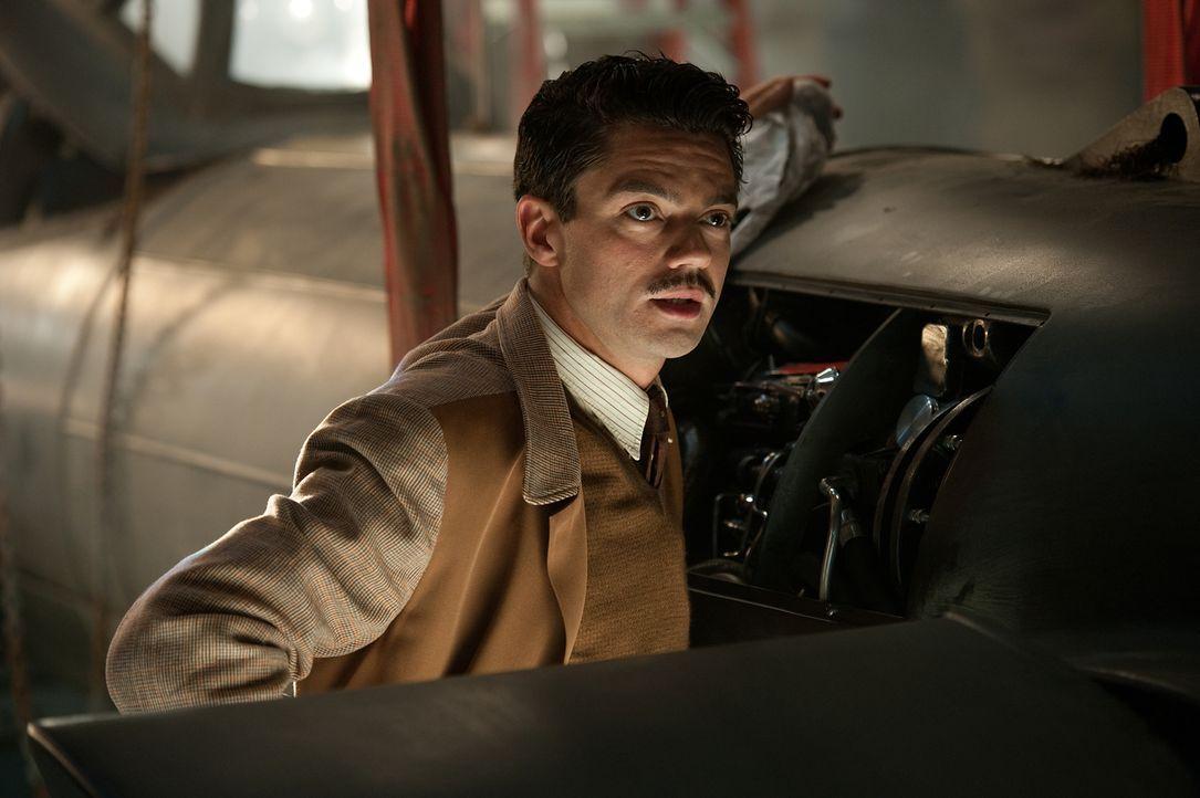 Der brillante Erfinder Howard Stark (Dominic Cooper) entwickelt für Captain America ein Schild, der hundert Mal härter als Stahl ist, aber nur ein D... - Bildquelle: TM &   2011 Marvel Entertainment, LLC & subs. All Rights Reserved.