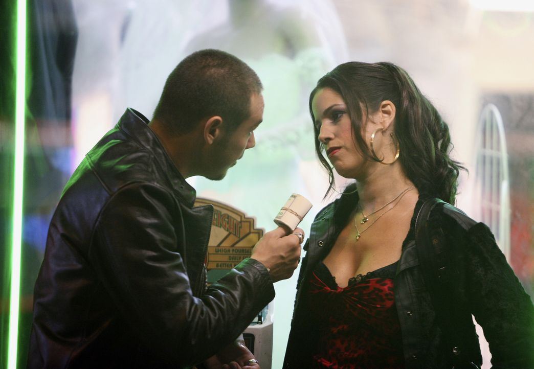 Haben eine Auseinandersetzung: Hilda (Ana Ortiz, r.) und Santos (Kevin Alejandro, l.) ... - Bildquelle: Buena Vista International Television