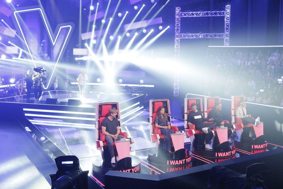 """Wer wird den Gewinner von """"The Voice of Germany"""" in sein Team holen? Mark Forster (r.), Michi Beck (2.v.r.), Yvonne Catterfeld (2.v.l.), Smudo (M.)... - Bildquelle: Richard Hübner SAT.1/ProSieben"""