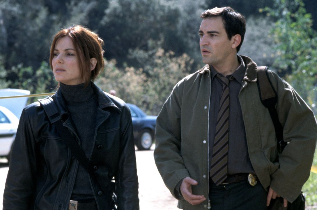 Die als extrem schwierig geltende Detective Cassie Mayweather (Sandra Bullock, l.) arbeitet zum ersten Mal mit dem neuen Kollegen Sam Kennedy (Ben C... - Bildquelle: Warner Brothers International Television Distribution Inc.