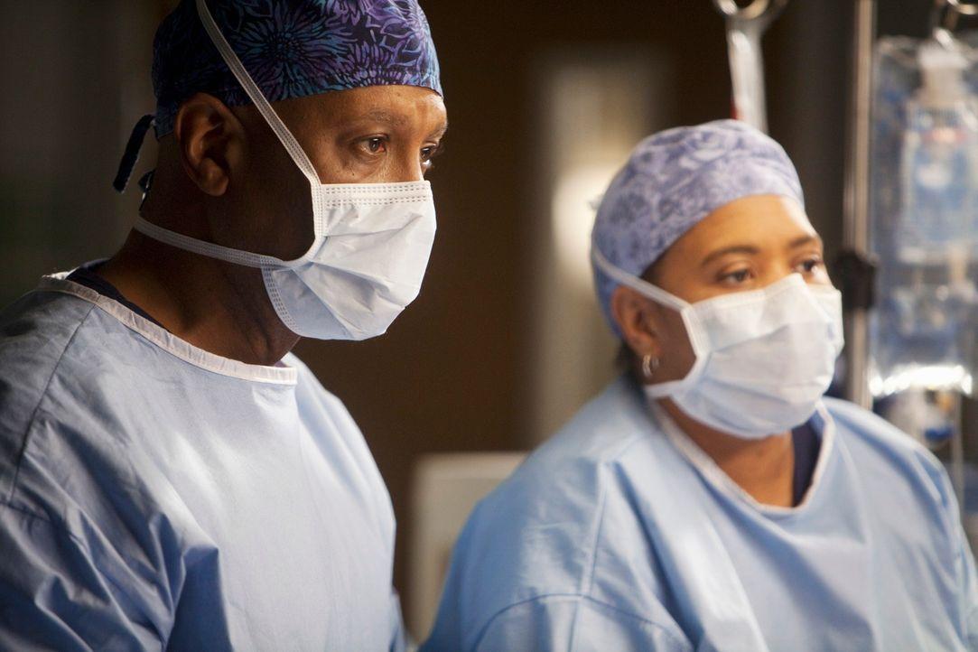 Chief Webber (James Pickens, Jr., l.) stellt während einer Operation fest, dass die zuschauenden Ärzte die ganze Zeit mit ihren Blackberries und iPh... - Bildquelle: ABC Studios