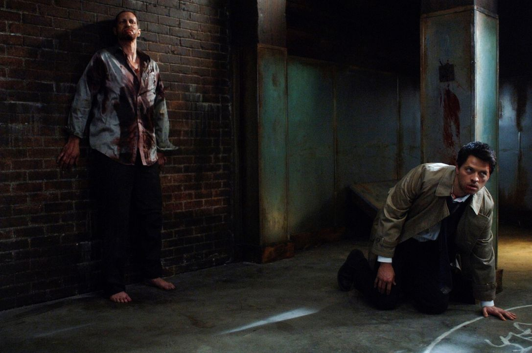 Sieben Engel wurden getötet, und Castiel (Mischa Collins, r.) und Uriel rekrutieren Dean, um herauszufinden, wer es war. Zu diesem Zweck muss Dean... - Bildquelle: Warner Bros. Television