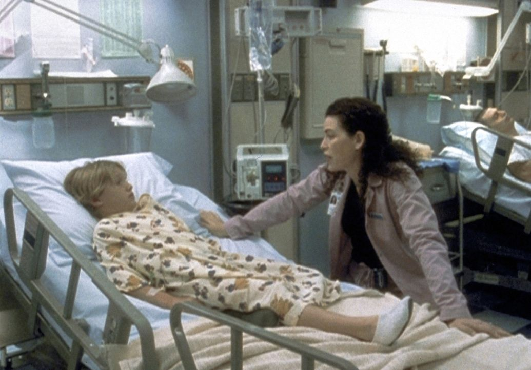 Carol (Julianna Margulies, r.) kommt langsam dahinter, dass kein großer Unbekannter, sondern der kleine Wilson (Jesse James, l.) selbst seinen beste... - Bildquelle: TM+  2000 WARNER BROS.