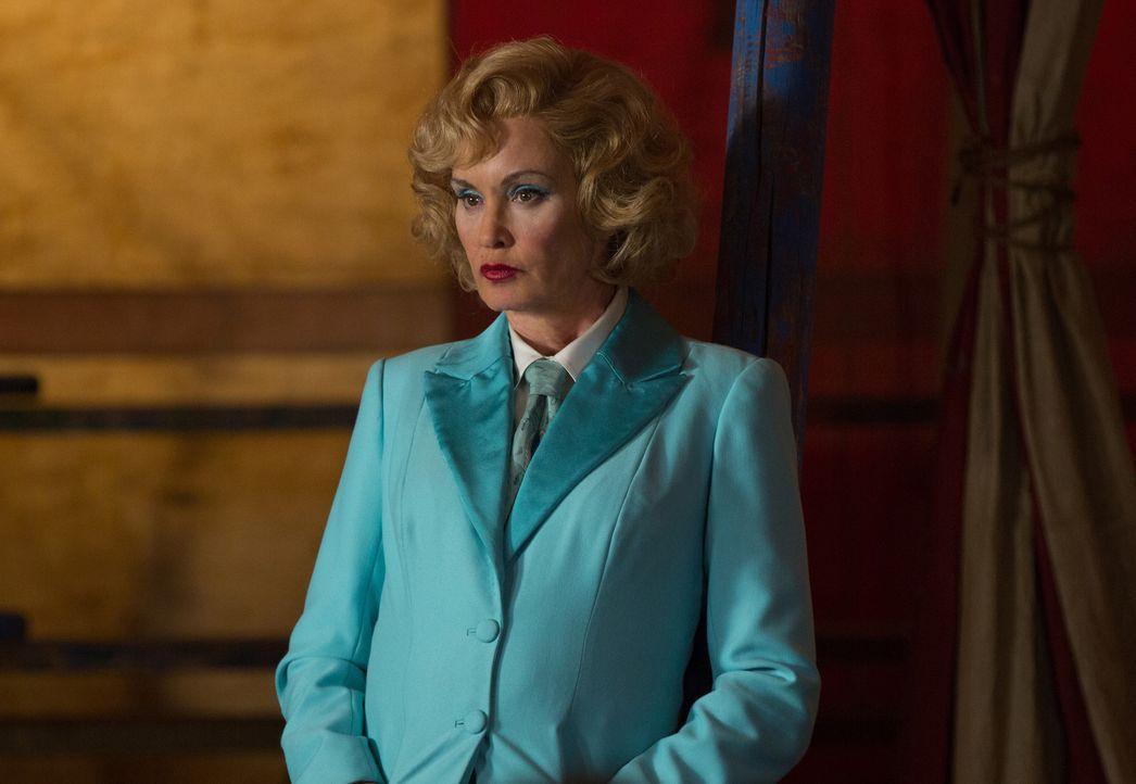 Elsa (Jessica Lange) ist sich nicht sicher, ob der neue Ruhm der siamesischen Zwillige ihr wirklich gefällt ... - Bildquelle: 2014-2015 Fox and its related entities. All rights reserved.