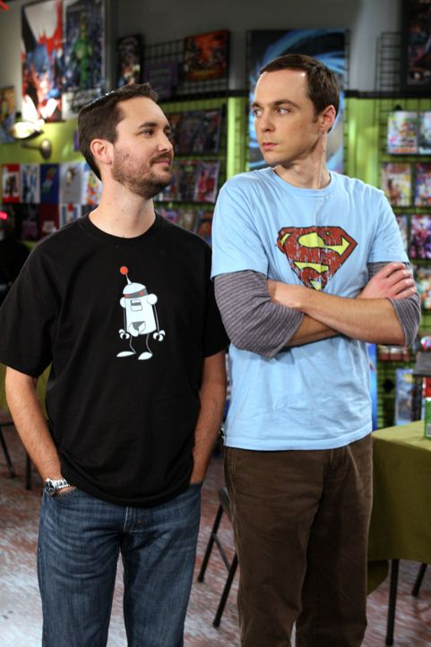 Im Comicbuchladen findet ein Karten-Tournier statt. Weil Raj unbedingt das Preisgeld gewinnen will, bittet er Sheldon (Jim Parsons, r.), mit ihm dor... - Bildquelle: Warner Bros. Television