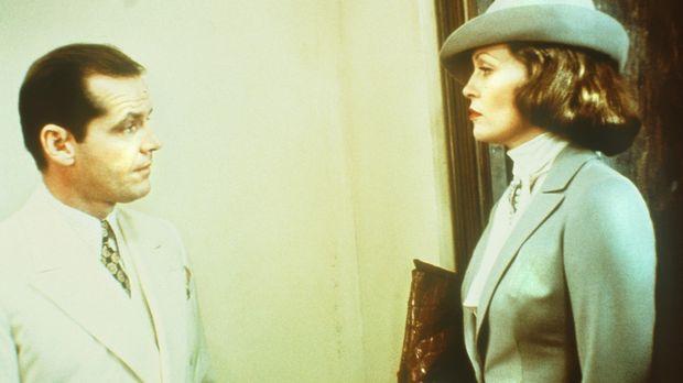 Evelyn Cross Mulwray (Faye Dunaway, r.) beauftragt den Privatdetektiv J.J. Gi...
