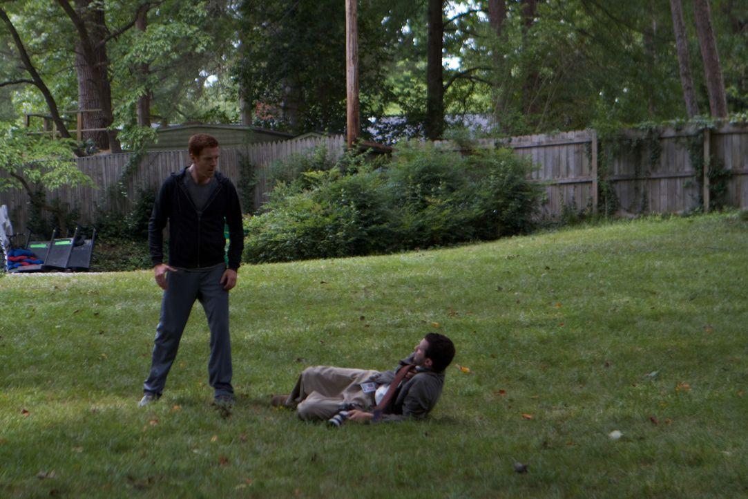 Sergeant Nicholas Brody (Damian Lewis, l.) versucht in den Alltag zurückzukehren. Da steht plötzlich ein aufdringlicher Reporter bei ihm im Garten... - Bildquelle: 2011 Twentieth Century Fox Film Corporation. All rights reserved.