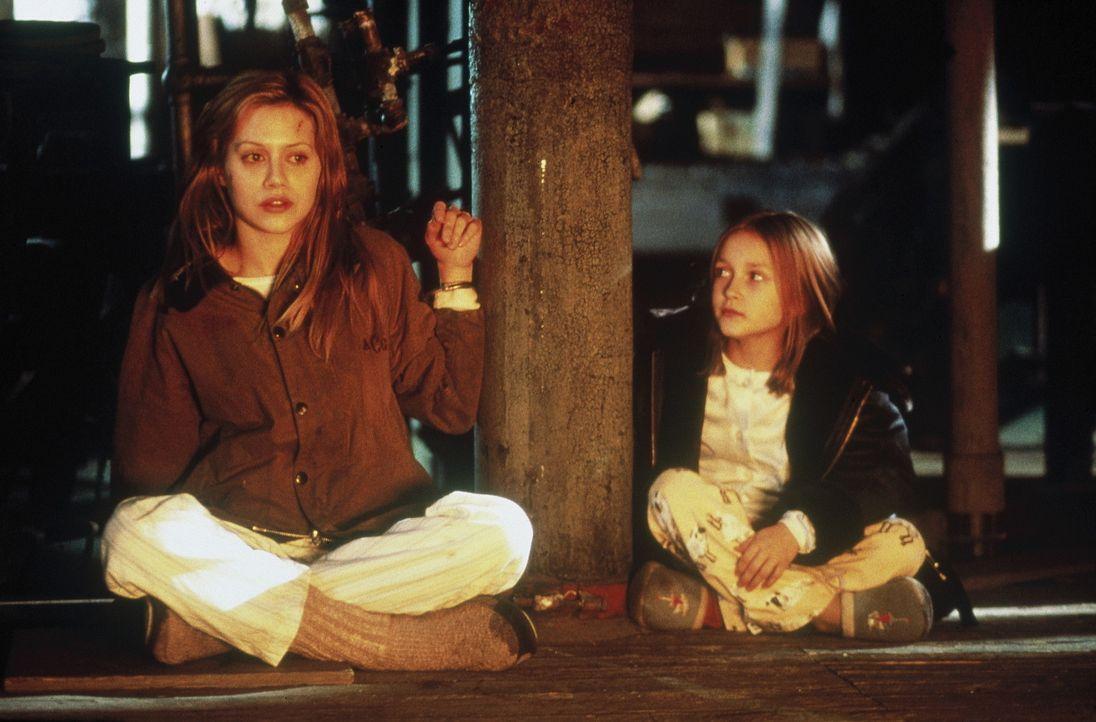 Eines Tages wird Elisabeth (Brittany Murphy, l.) in eine psychiatrische Klinik eingeliefert. Die junge Frau ist völlig verstört und erzählt eine... - Bildquelle: 20th Century Fox Film Corporation