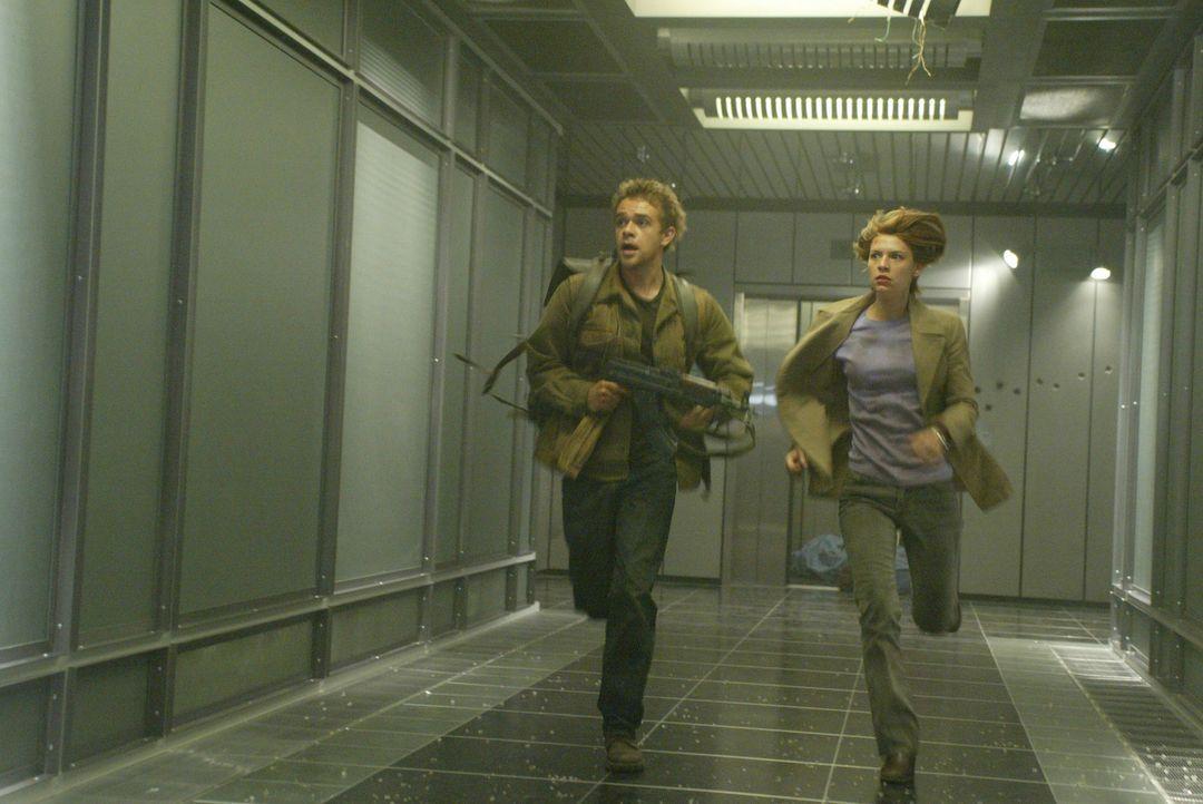 Für John (Nick Stahl, l.), Kate (Claire Danes, r.) und T-800 beginnt ein Wettlauf gegen die Zeit, mit der erbarmungslosen T-X im Nacken ... - Bildquelle: 2004 Sony Pictures Television International. All Rights Reserved.