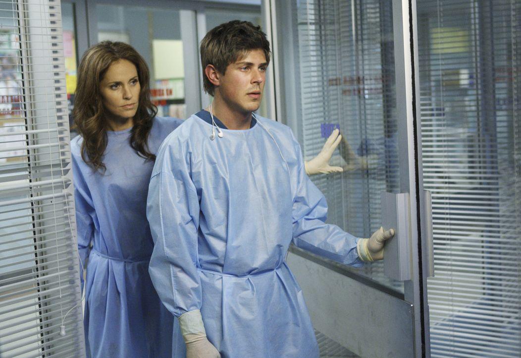 Nach einer fürchterlichen Explosion in Dells (Chris Lowell, r.) Haus landen seine Tochter Betsy und seine Frau Heather im Krankenhaus. Violet (Amy B... - Bildquelle: ABC Studios