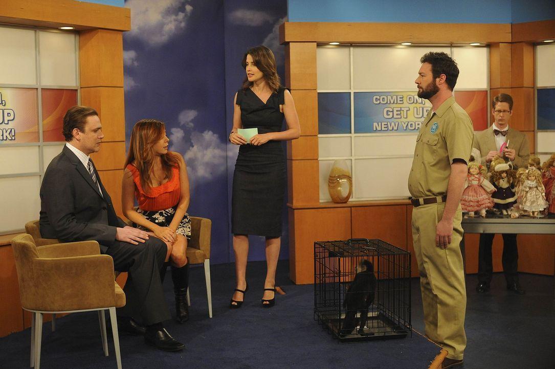 Die Sendung verläuft anderes als geplant: Marshall (Jason Segel, l.), Lily (Alyson Hannigan, 2.v.l.) Robin (Cobie Smulders, M.), Zoowärter (John D... - Bildquelle: 20th Century Fox International Television