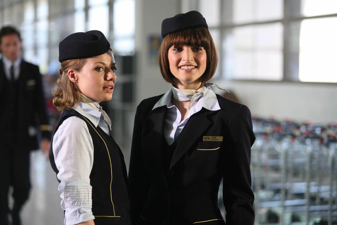 Erleben einen Horrorflug: Stewardess Mira (Julia Hartmann, l.) hat noch Glück im Unglück, für ihre Kollegin Steffi (Wanda Badwal, r.) kommt jede Hil... - Bildquelle: Volker Roloff ProSieben