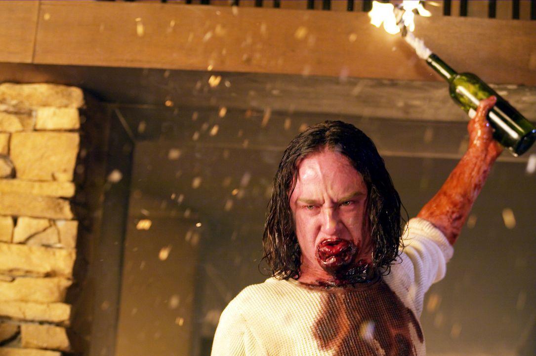 Mit Molotow-Cocktails will der entfesselte Mars Krupcheck (Ben Foster) die Villa in Brand stecken ... - Bildquelle: 2004 Hostage, LLC. All Rights Reserved