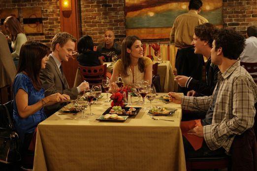 How I Met Your Mother - Während Ted (Josh Radnor, r.) den Abend mit Marshall...