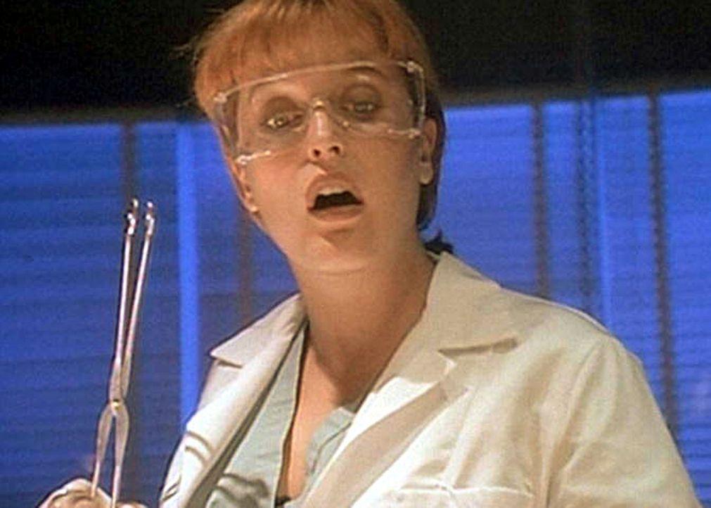 Scully (Gillian Anderson) macht bei der Autopsie einer in der Kanalisation von Newark gefundenen Leiche eine erstaunliche Entdeckung. - Bildquelle: TM +   2000 Twentieth Century Fox Film Corporation. All Rights Reserved.